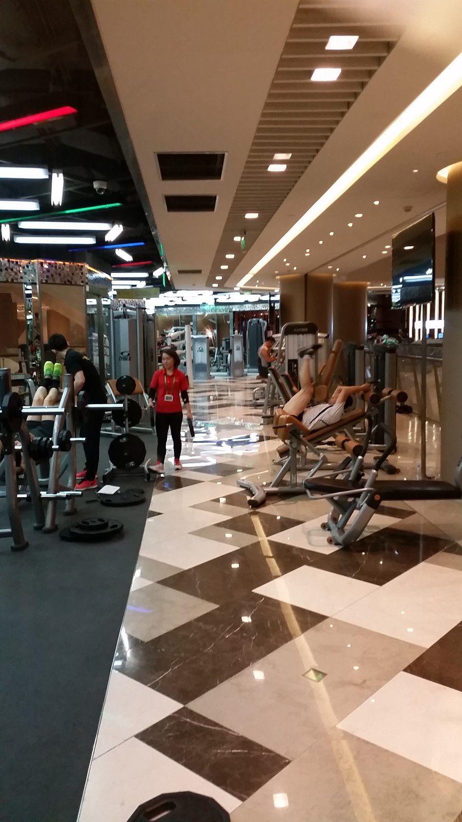 # 2 Best of Shanghai malls : Cristal Mall - stores, mais également restaurants, salles de sports et cabinets médicaux.
