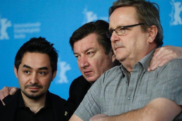 (De G à D) l'acteur Sherwan Haji, le réalisateur finlandais Aki Kaurismäki et l'acteur Sakari Kuosmanen le 14 février 2017 à Berlin / AFP
