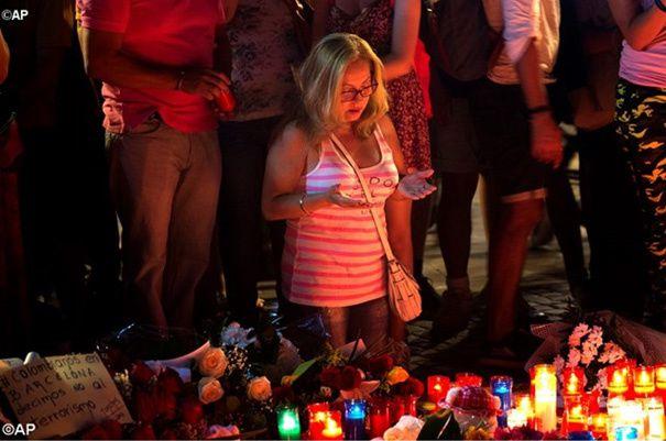 Une femme prie vendredi 18 août 2017 sur les lieux de l'attentat de Barcelone. – AP