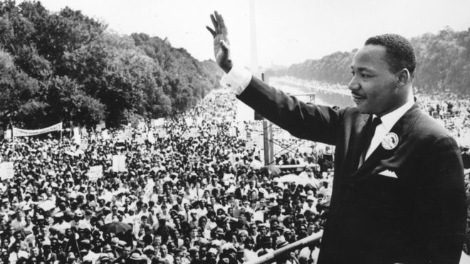 GETTY Images Le leader des droits civiques Martin Luther King (1929 - 1968) s'adressant aux foules lors de la « Marche Sur Washington » au Lincoln Memorial, Washington DC, où il a prononcé son discours 'I Have A Dream' en 1963