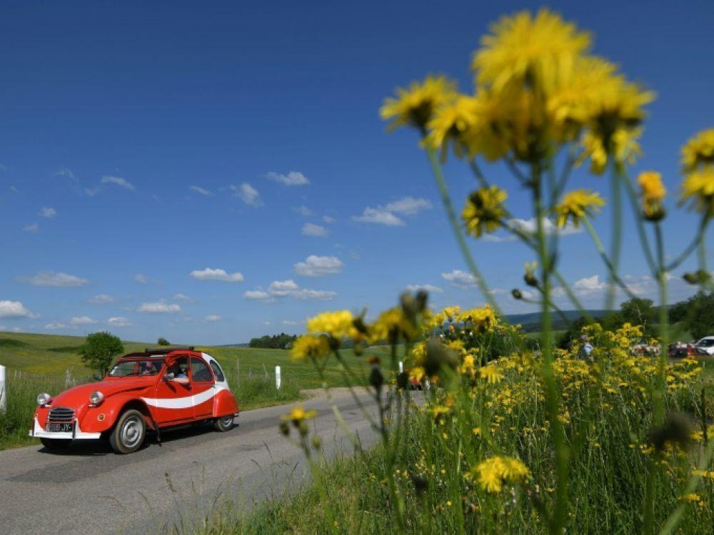 Une 2CV, la voiture mythique de Citroën, à La Vèze (Doubs), près de Besançon, le 11 mai 2018, à l'occasion des 70 ans de ce véhicule minimaliste d'après-guerre AFP - SEBASTIEN BOZON