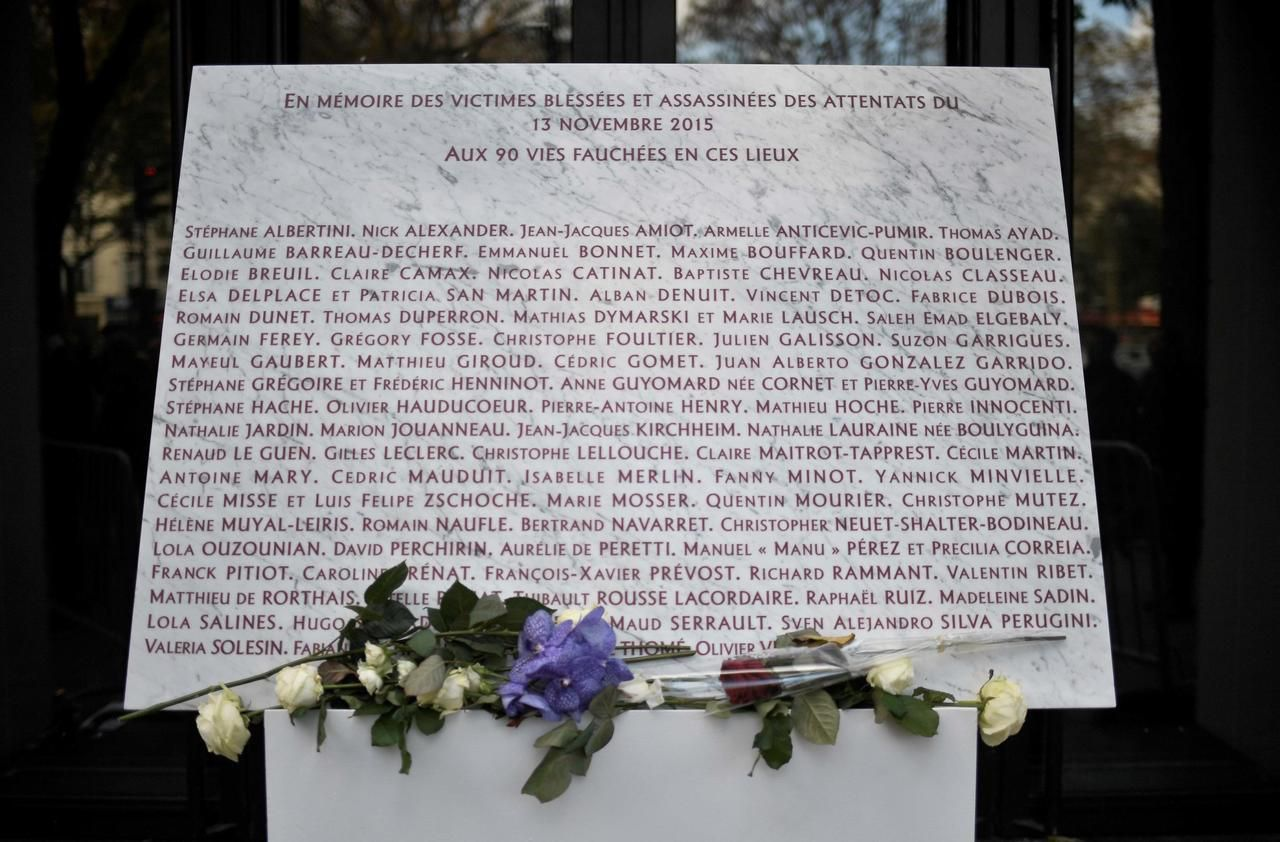 La plaque commémorative des attentats du 13 novembre, au Bataclan. /AFP PHOTO/STEPHANE DE SAKUTIN