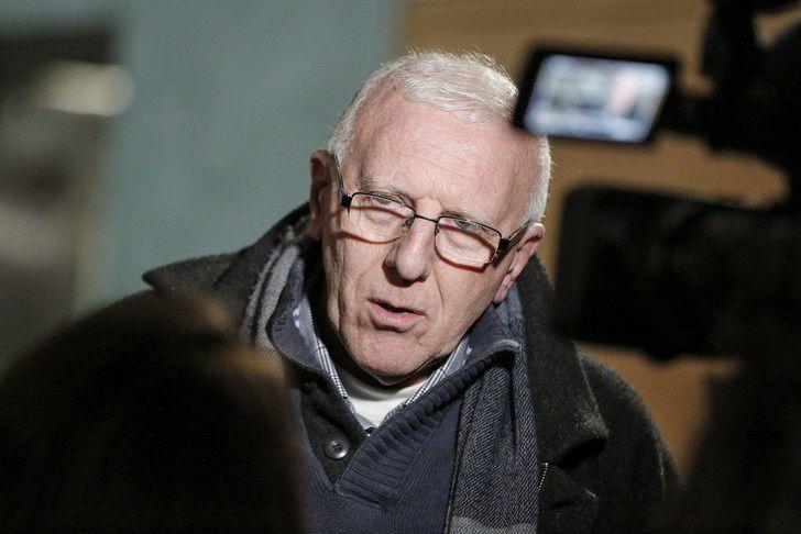 Le Père Christian Delorme répondant aux questions des journalistes en marge de l'audience du tribunal correctionnel de Lyon lors du procès Barbarin /  Maxime Jegat/Le Progrès/MaxPPP