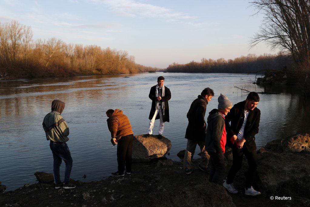Des migrants près du fleuve Evros, qui marque la frontière entre la Turquie et la Grèce, le 2 mars. Photo: REUTERS