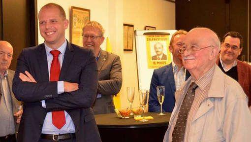 Le nouveau secrétaire d'Etat à la migration (!) Théo Francken au 90e anniversaire de l'ancien leader néo-nazi flamand Bob Maes