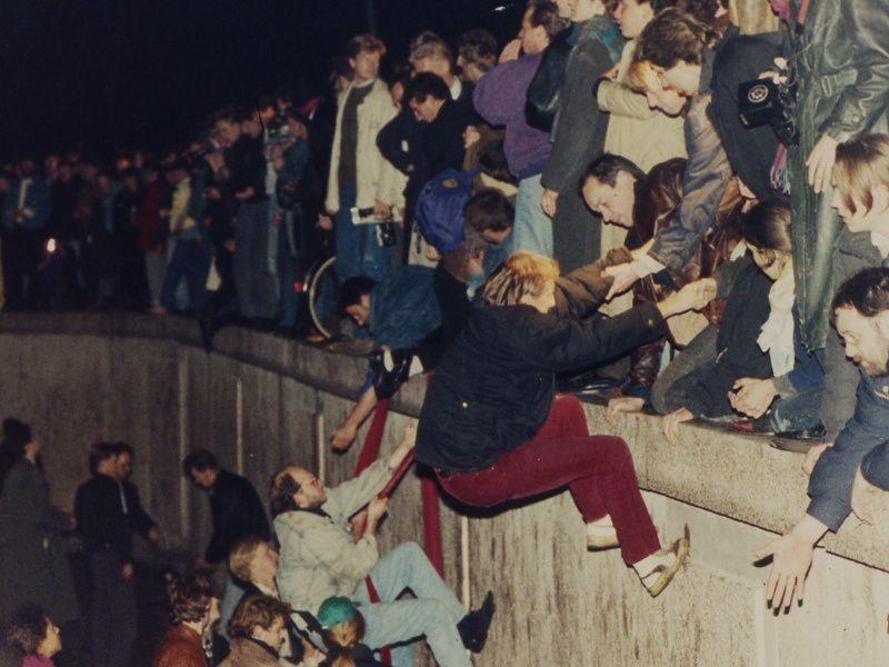La chute du Mur de Berlin, à l'origine de la réunification allemande, déséquilibra l'Europe.