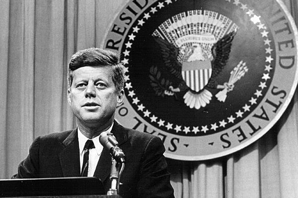 John Fitzgerald Kennedy en s'opposant à la folie meurtrière de son état-major, a sauvé la paix mondiale.