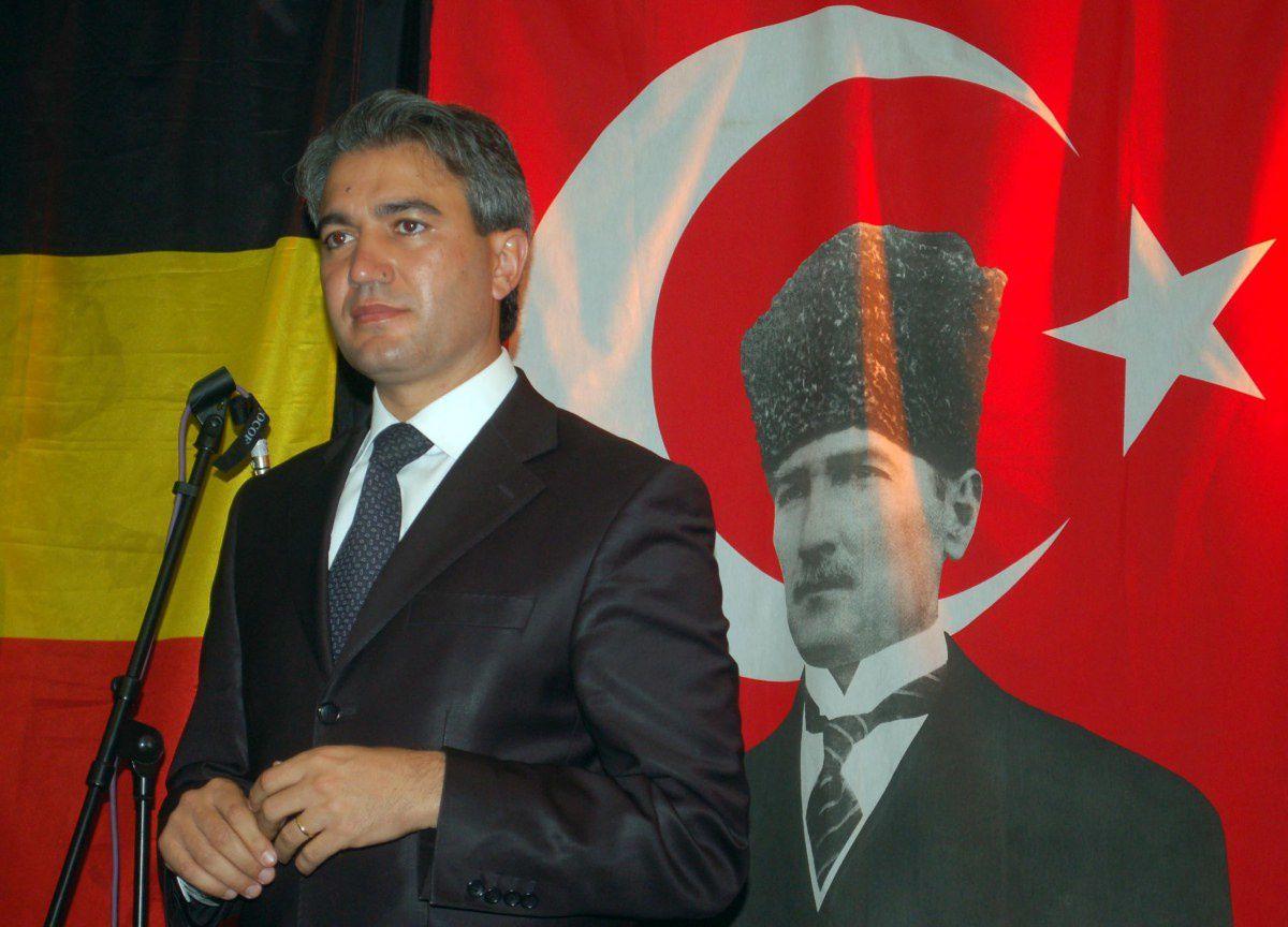 Emir Kir, ici devant le drapeau turc frappé du portrait de Mustapha Kemal Atatürk aurait dû le remplacer par celui de Recep Tayiip Erdogan. Cela cconviendrait mieux au bourgmestre de Saint-Josse...