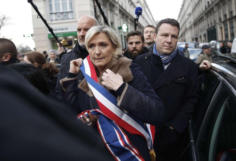 Marine Le Pen expulsée de la marche blanche par les gros bras de la LDJ