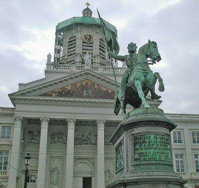 La statue de Godefroid de Bouillon à la Place Royale à Bruxelles. Le personnage semble sortir de l'Eglise St-Jacques de Coudenberg pour se lancer à la conquête des mécréants.