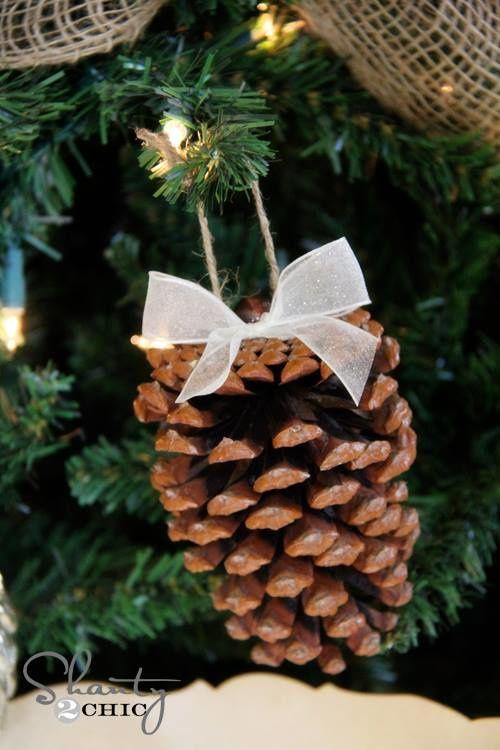 Décoration de fin d' année avec des pommes de pin