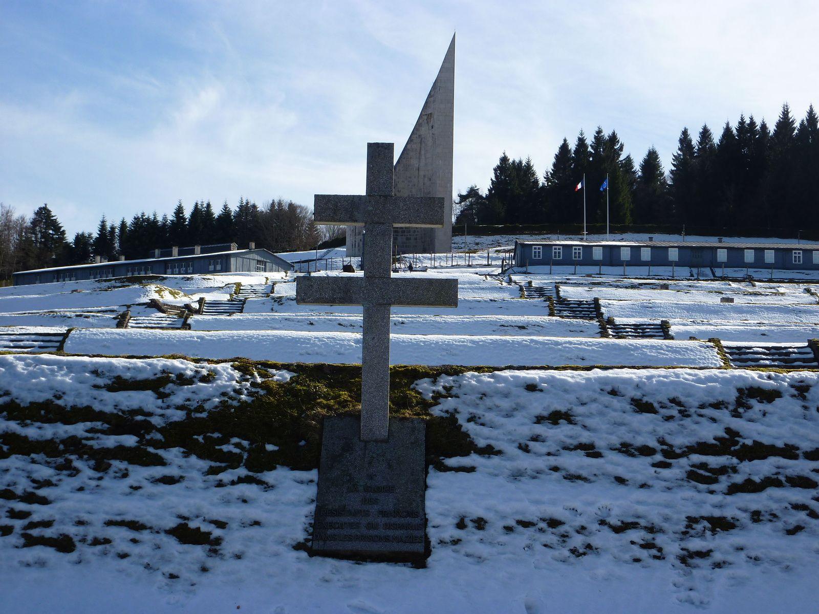 Ancien camp de Natzwiller-Struthof. Croix de Lorraine et Monument dédié à la mémoire des déportés inaugurés par Charles de Gaulle en 1960.