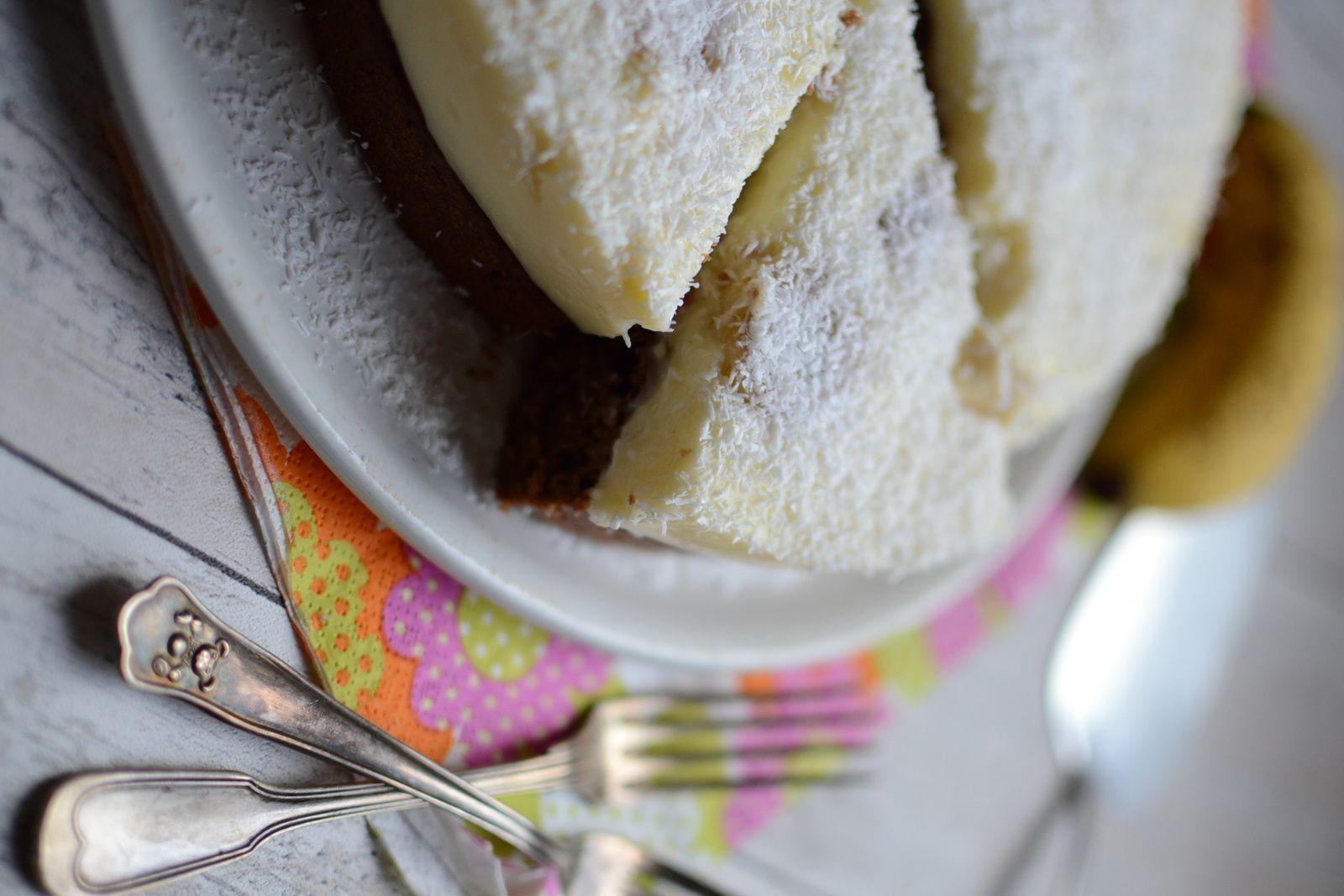 Gâteau au chocolat, coco, crème et bananes