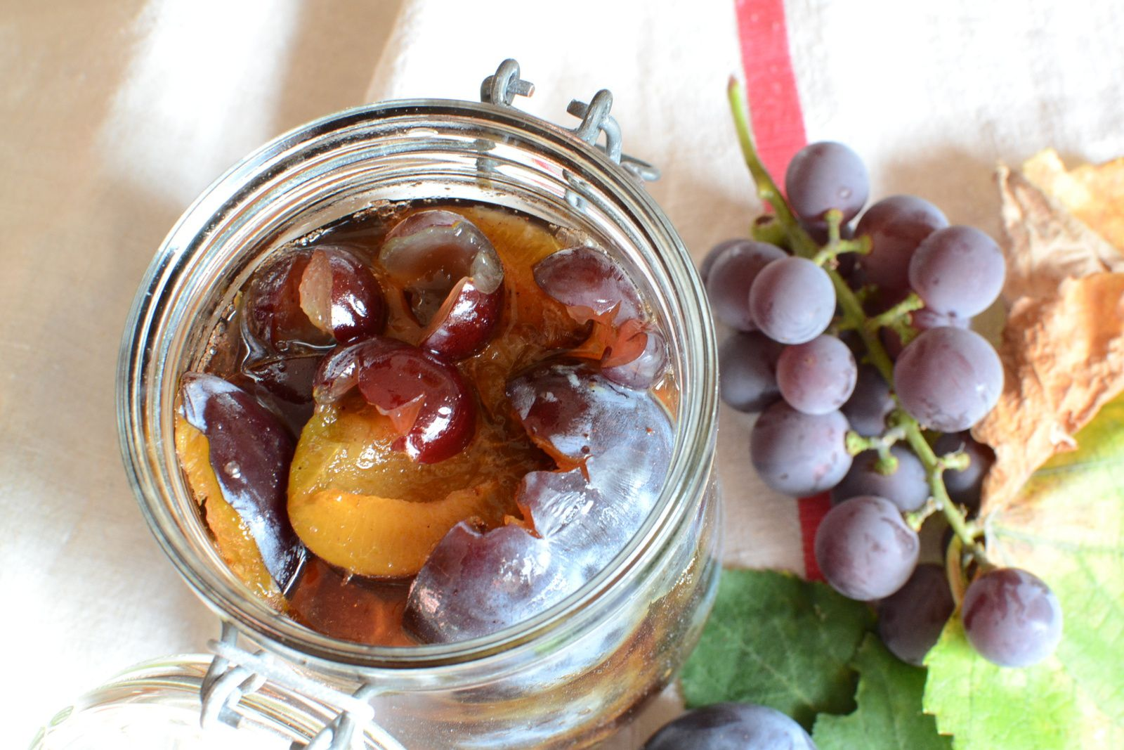 Bocaux de quetsches et raisins au sirop à la cannelle