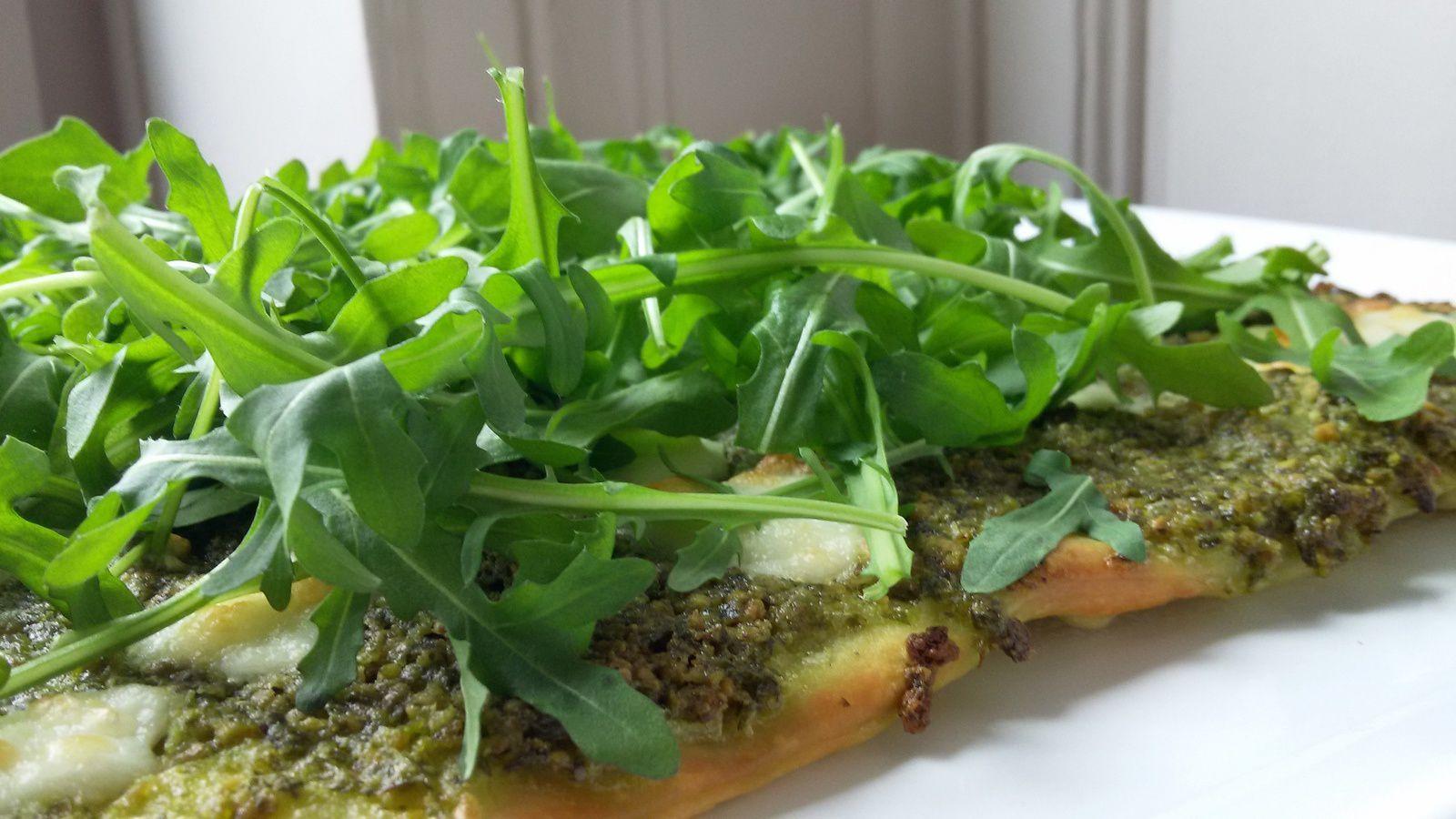 Pizza verte // pesto de pistache - roquette - mozzarella