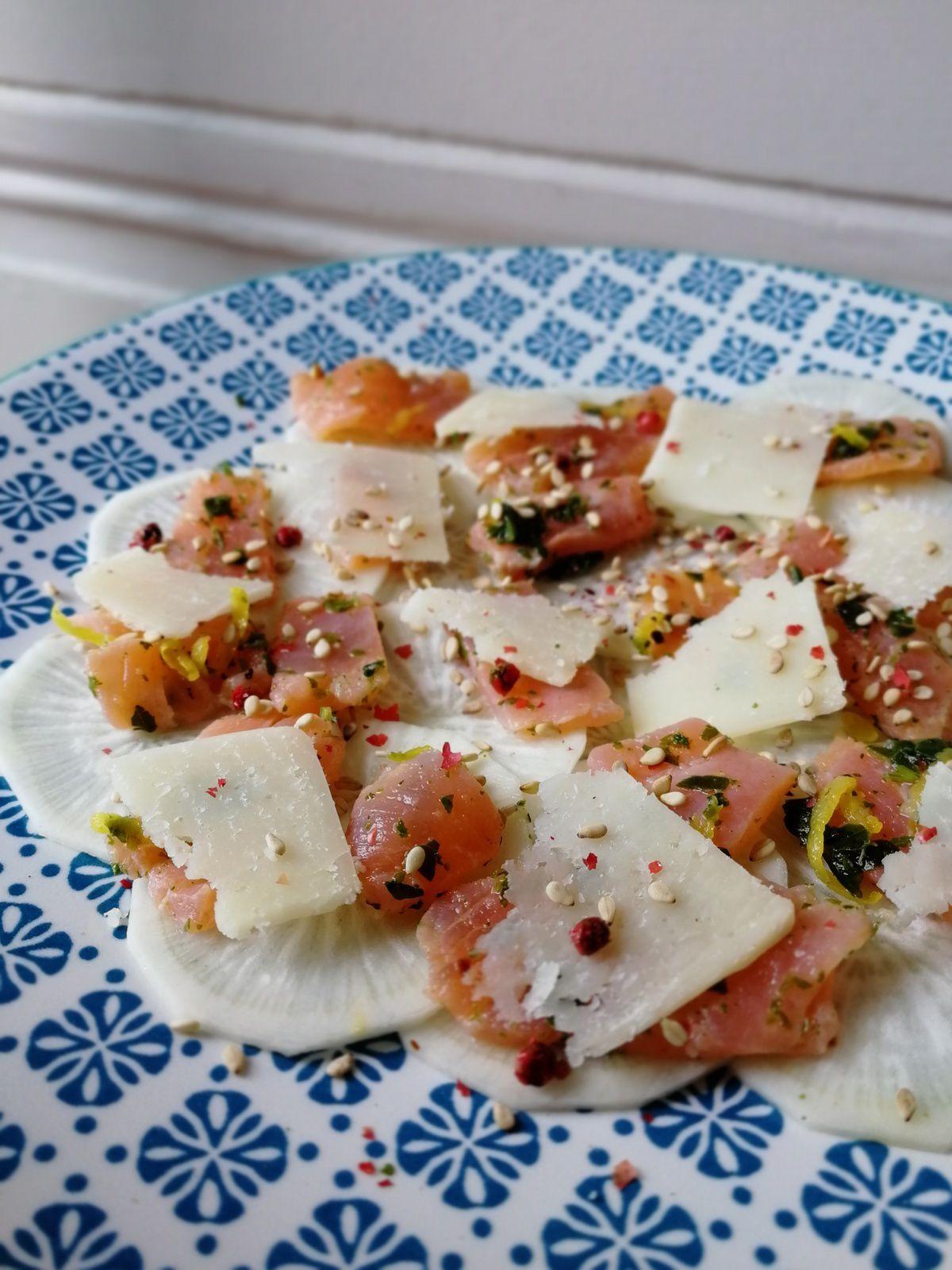Carpaccio de radis noir, parmesan, truite fumée
