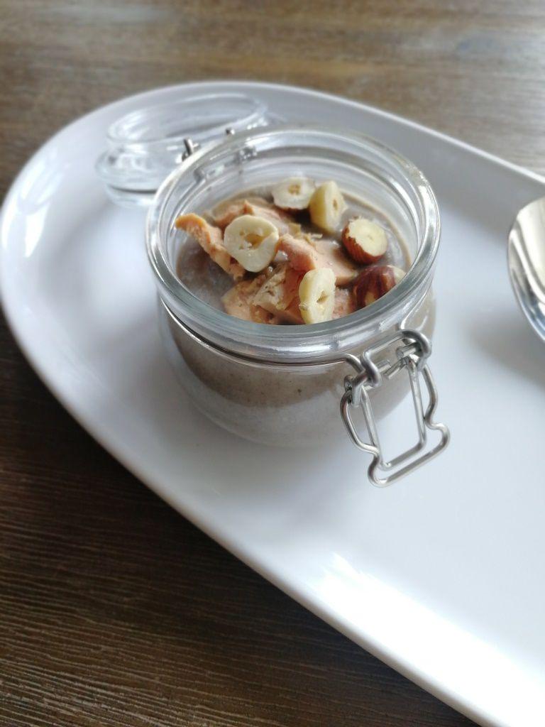Velouté de champignons, copeaux de foie gras et éclats de noisettes