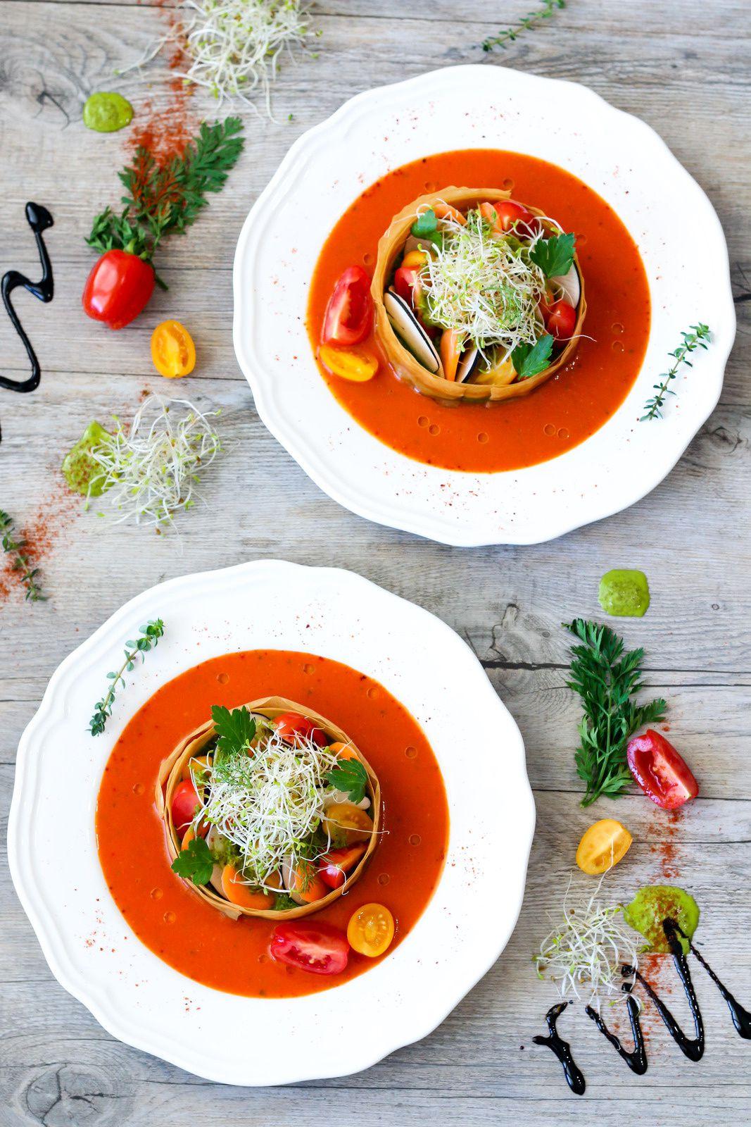 Tartelette aux légumes cuits et crus, peaux de courgette mixées à l'huile d'olive et coulis de tomate à l'origan frais