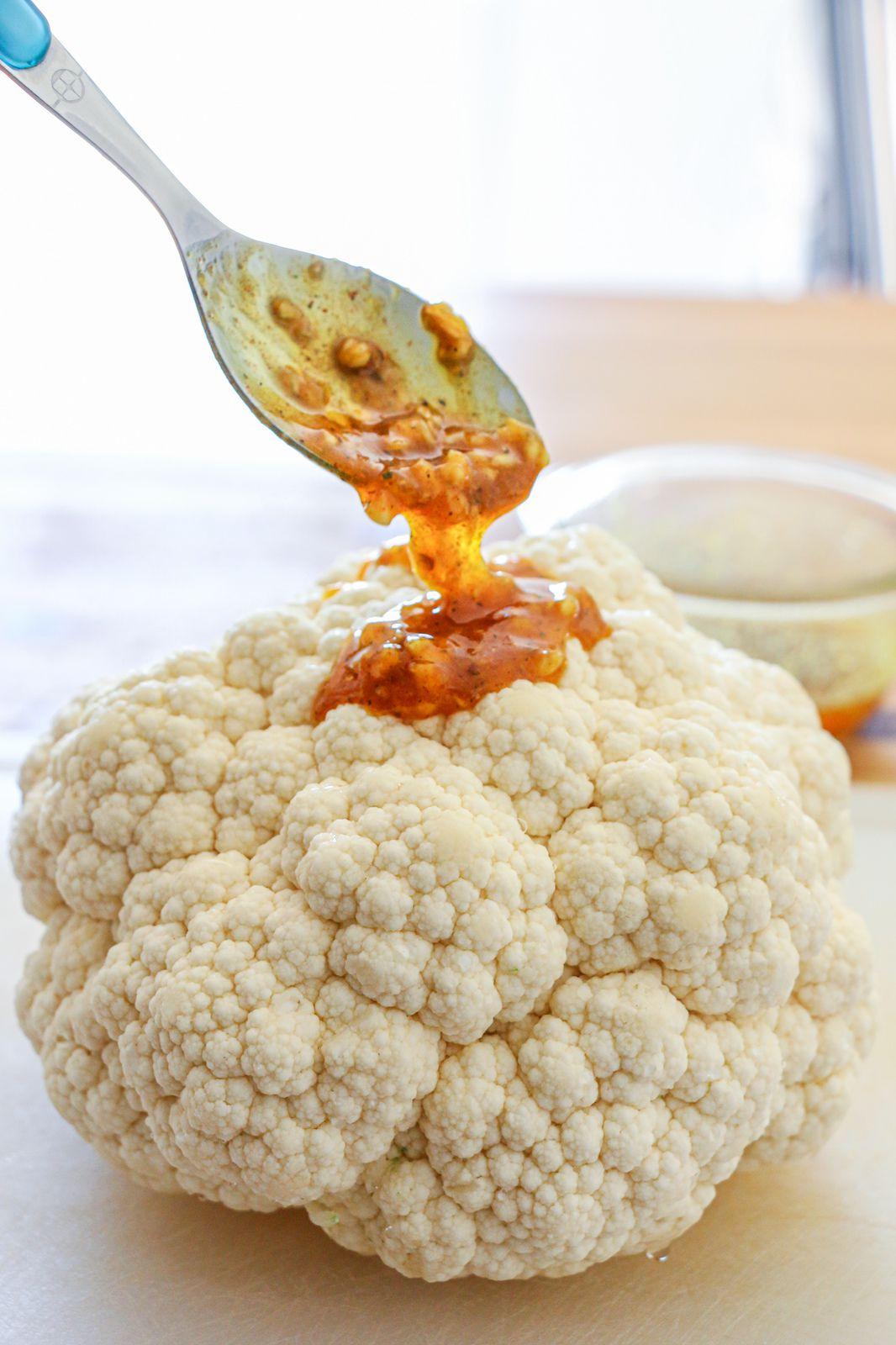 Chou-fleur entier rôti à l'ail, aux épices & au miel