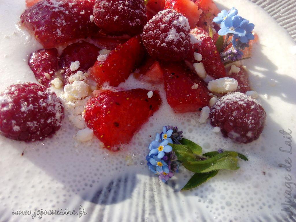 Espuma de Fromage Blanc au Lait de Brebis, Fraises marinées à l'Huile d'Olive et Poivre Timut