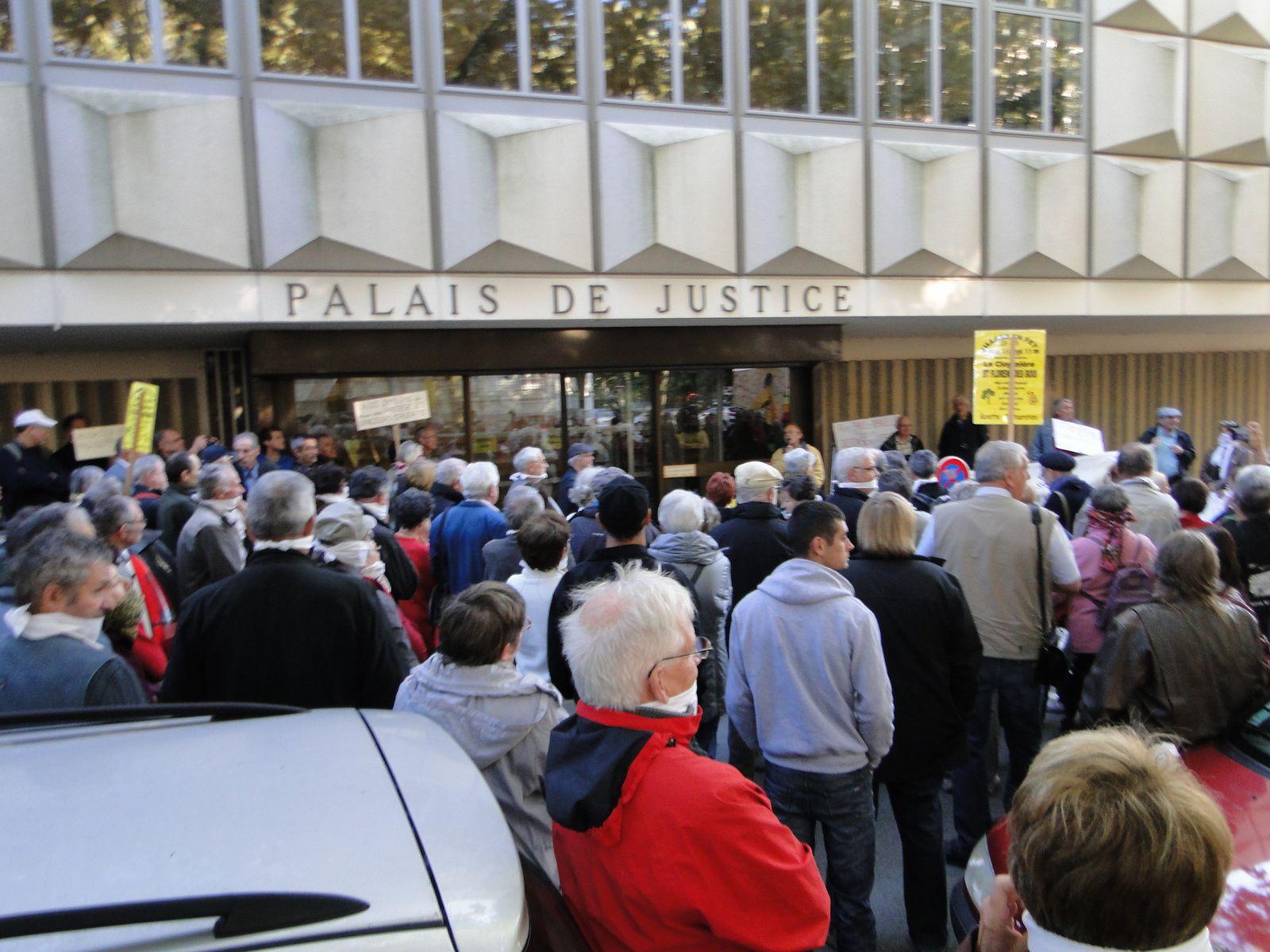 Octobre 2013 manifestation de soutien devant le tribunal  lors de la mise en examen de Paul ARRIVE et Danielle LAUMONT