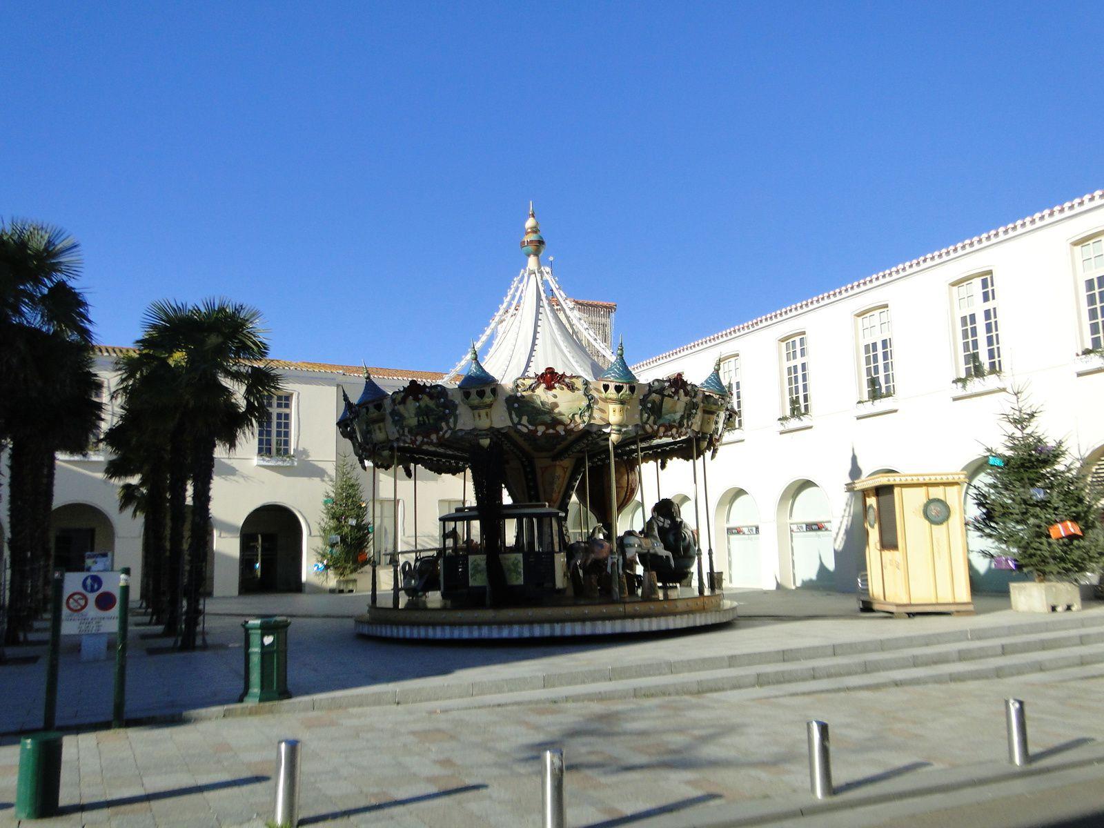 Manège installé sur la place de la mairie aux Sables d'Olonne