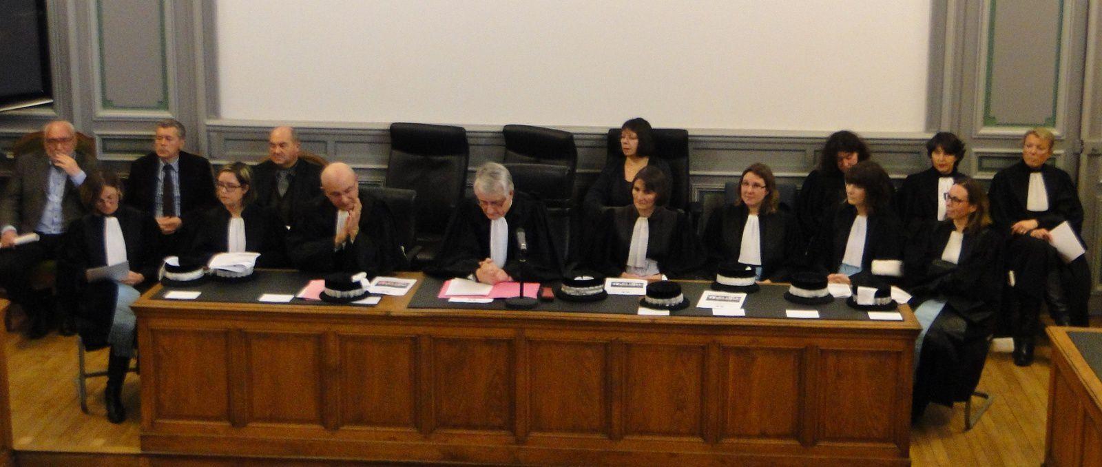 """Les magistrats du """"siège"""" entourent leur nouveau Président plongé dans son discours"""