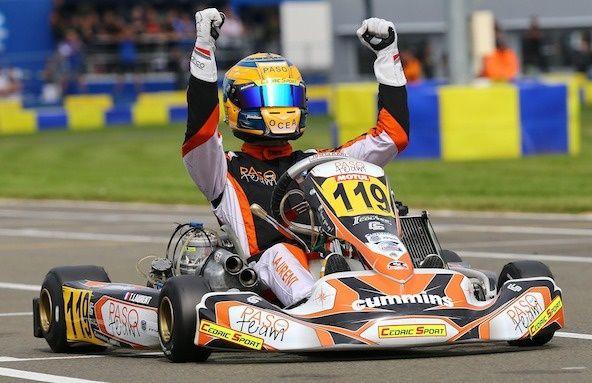 Thomas LAURENT, castelolonnais de 17 ans sacré, en septembre 2015,  champion du monde de kart sur le circuit du Mans lève les bras