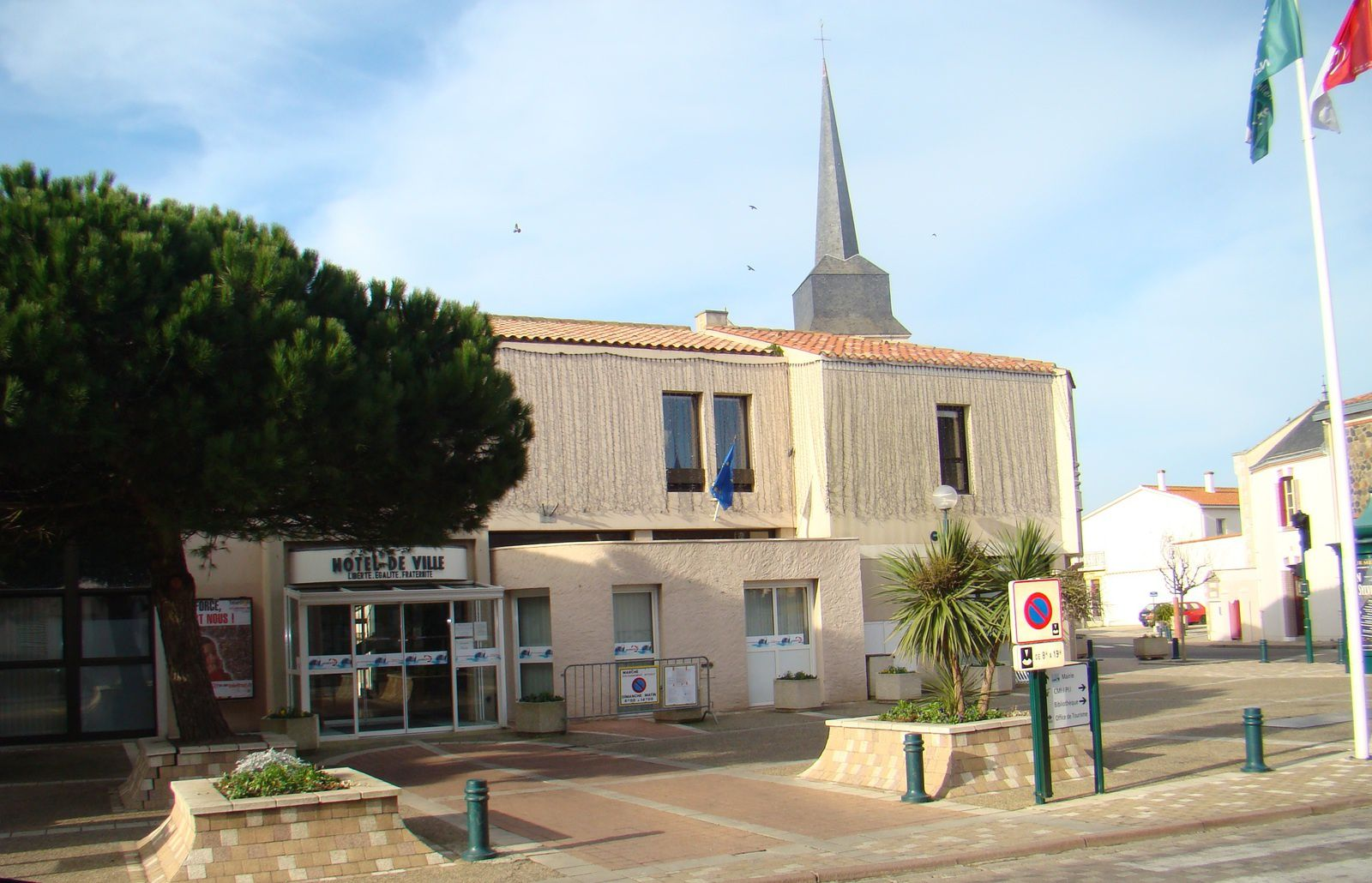 La mairie actuelle d'OLONNE-SUR-MER au centre de la ville