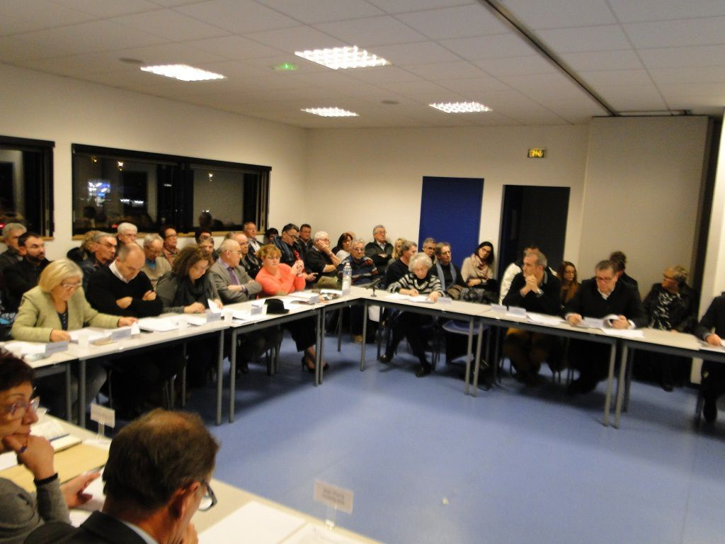 Étonnante salle du Conseil Communautaire envahie par le public