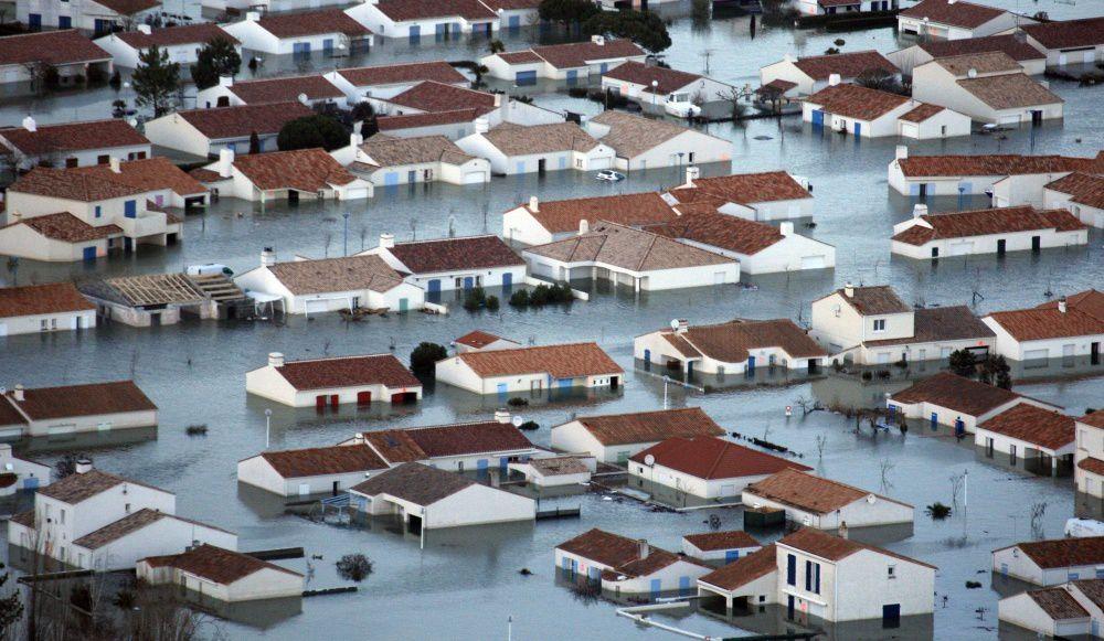 Jugez sur cette photo : en une heure elle atteignait le plafond de ces maisons de plain pied !