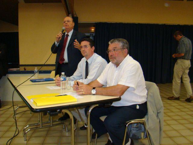 C'était en juin 2009 salle PLISSONNEAU à Château d'Olonne : le maire Jean-Yves BURNAUD présente l'étude sur la fusion avant la consultation annoncée des habotants du pays d'Olone