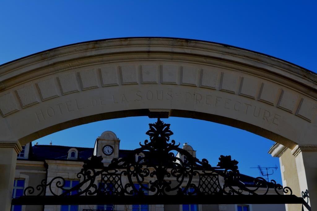 """Oui, c'est l'ancienne """"ancienne"""" sous-préfecture, l'ancienne étant sur le quai à La Chaume et la nouvelle étant rue du Général de Gaulle (place de la Gare)"""