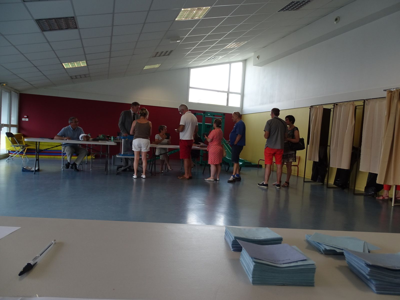 UN BUREAU DE VOTE AUX SABLES D'OLONNE, CE DIMANCHE 23 JUIN 2019 : DES CITOYENS HEUREUX D'ÊTRE CONSULTÉS