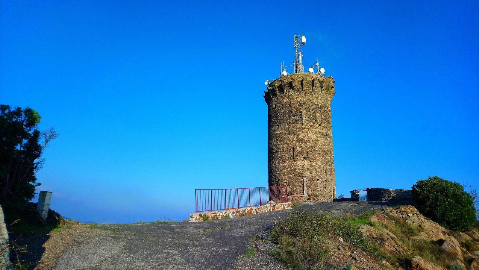 La tour Madeloc depuis Banyuls à pied.