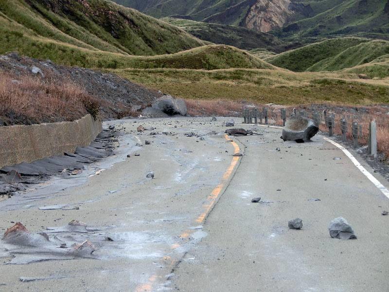 Aso - cendres et autres éjectats sur les bunkers du sommet et la route d'accès - doc. JMA