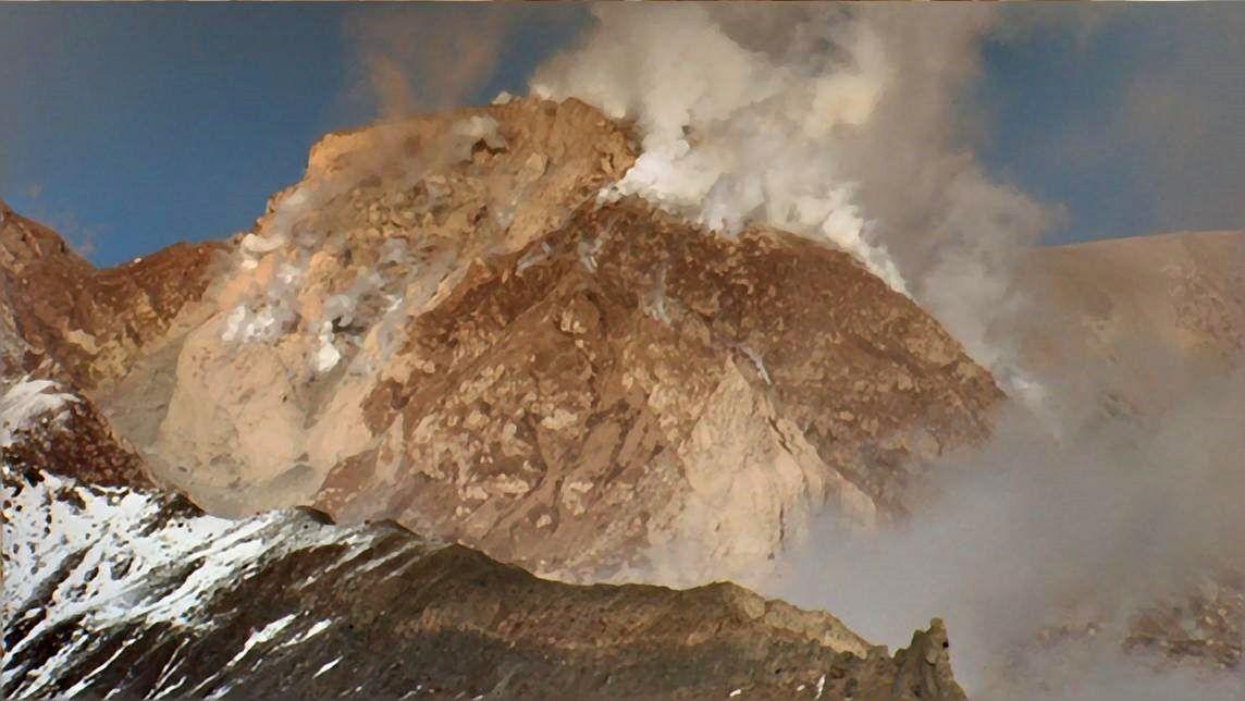 Sheveluch 15.10.2016 - le dôme et un des panaches du jour - photo Andrew Matseevsky / via Volcanoes FB