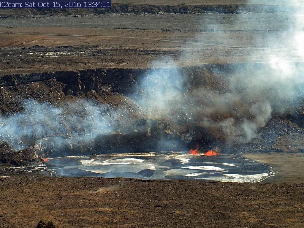 Kilauea - overflows of lava from the lake Halema'uma'u 10.15.2016 / 1:34 p.m., both east (left photo) and west (right) - webcam picture K2 / HVO
