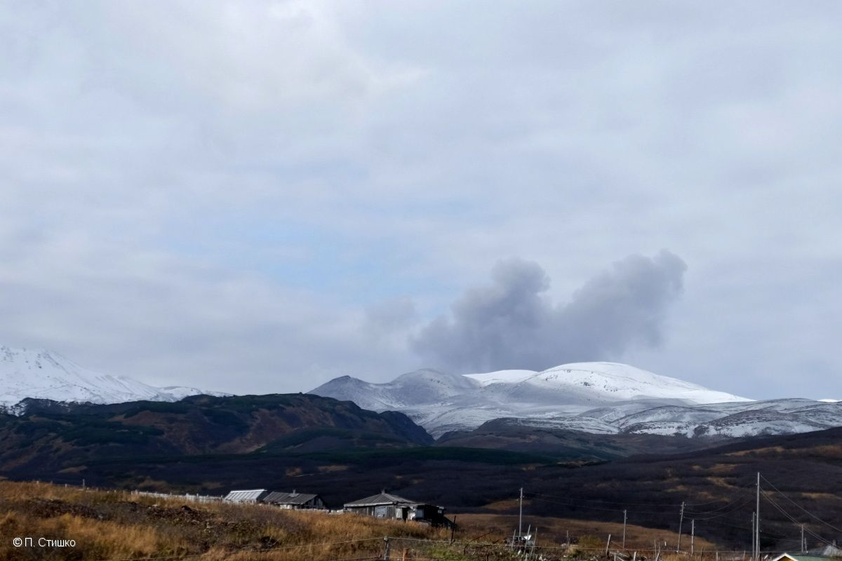 Ash emissions at the volcano Ebeko 10.20.2016 / 2:56 GMT, views from the town of Severo-Kurilsk - photo П. Стишко / KVERT