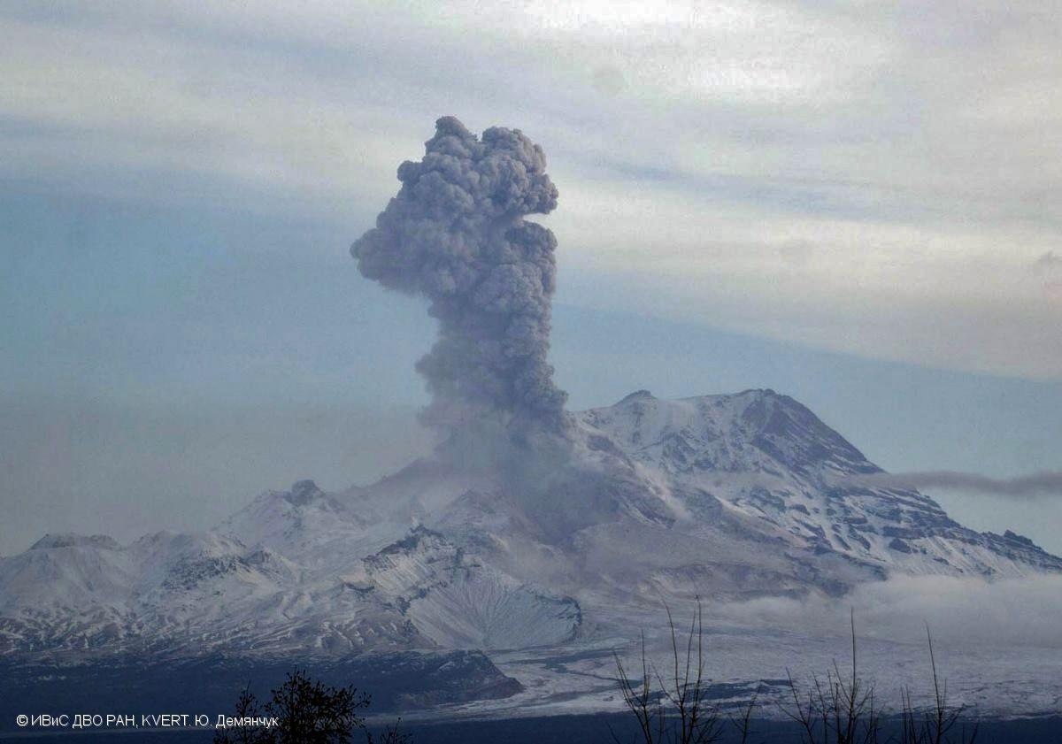 Explosion de cendres au Sheveluch, le 20.10.2016 / 20h58 UTC - photo Y.Demyanchuk / KVERT
