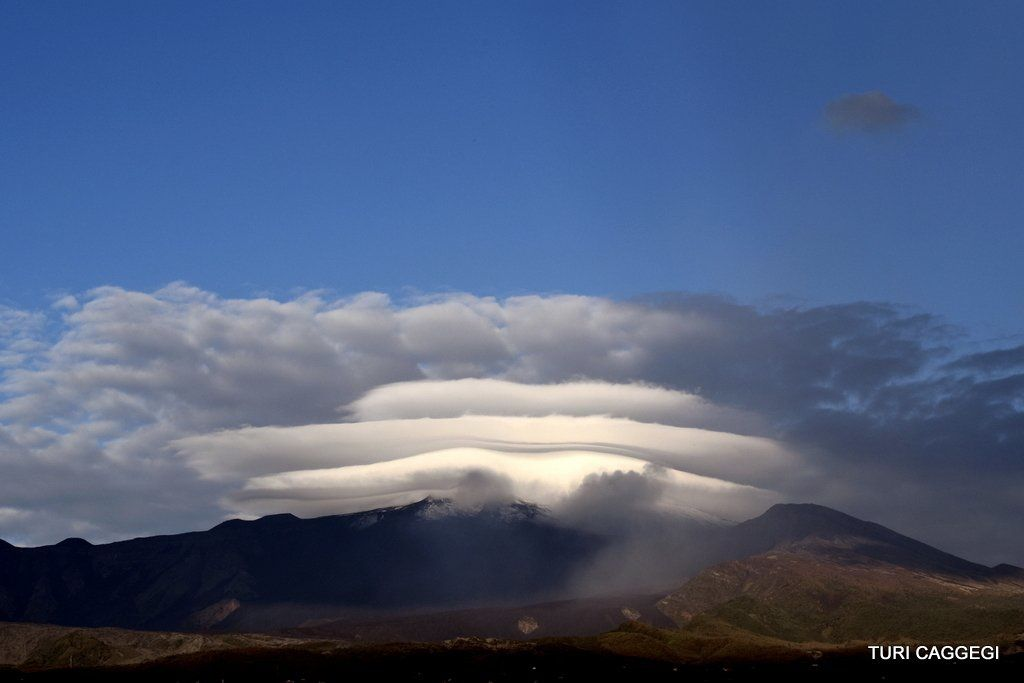 Etna in the snow and headed by lenticular clouds in piles - photo Turi Caggegi