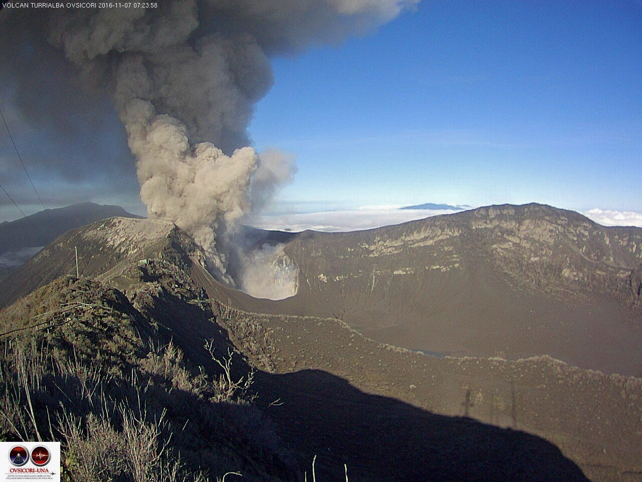 Turrialba - 11/07/2016 ash emissions respectively at 5:47 and 7:23 - Webcams Ovsicori