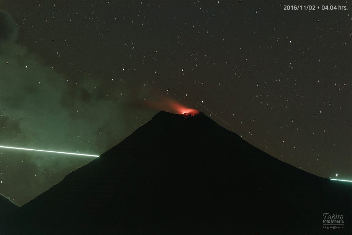 Colima -  nocturnal activity and passage of a meteor - Doc. Tapiro Foto / 02.11.2016 / 4:04