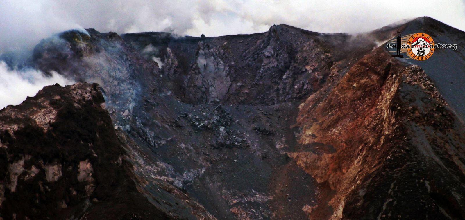 Sinabung - morphologie modifiée du sommet - un clic sur la photo pour agrandir - photo Firdaus Surbakti 10.11.2016 / 16h09 via Beidar Sinabung