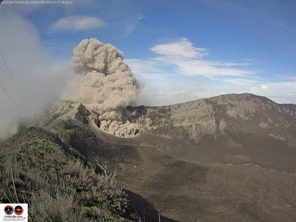Turrialba - low emissions of ashes on 11.11.2016 / 8h35 - webcam Ovsicori
