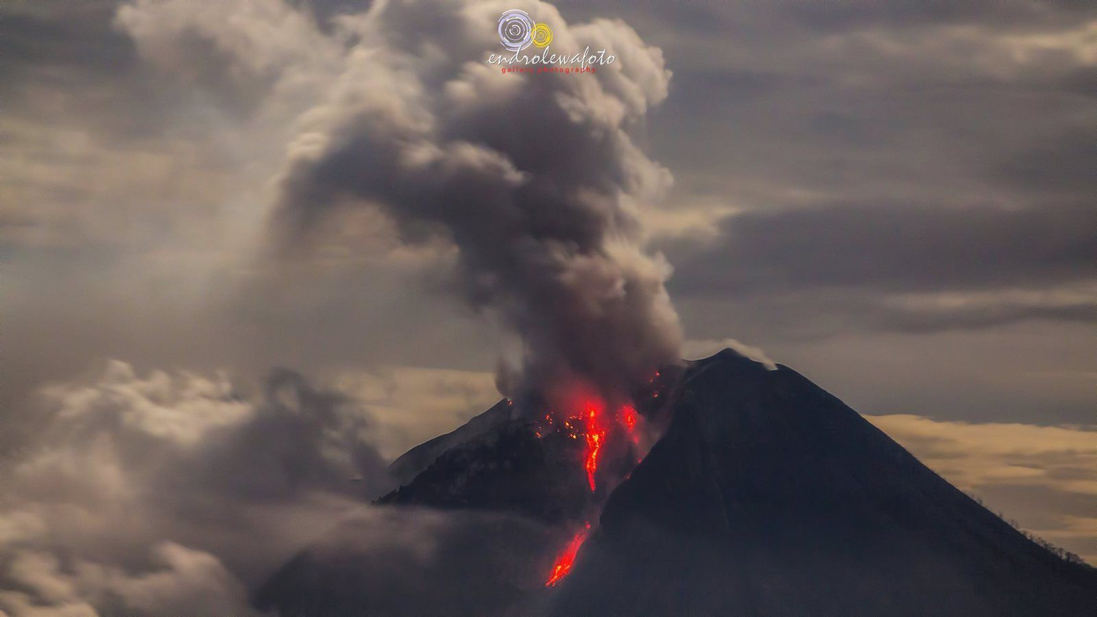 Sinabung - activity this morning 12.11.2016 / respectively at 0h58 and 2h28 - photos Endro Lewa