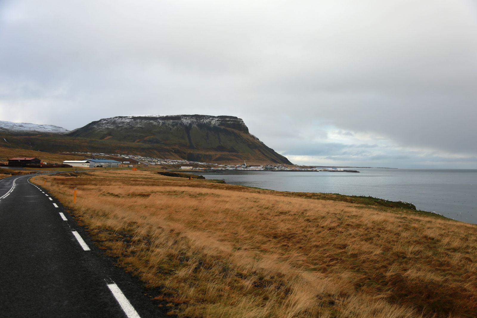 Ólafsvík, son port et son église moderne, au pied du volcan Ólafsvíkurenni - photos © Bernard Duyck 10.2016
