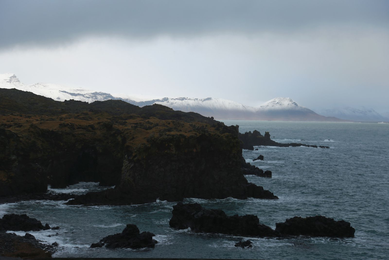 A lava flow of the Snaefellsjökull plunges into the sea near the port of Arnarstapi - in the background, the Snaefellsjökull - photos © Bernard Duyck 10.2016