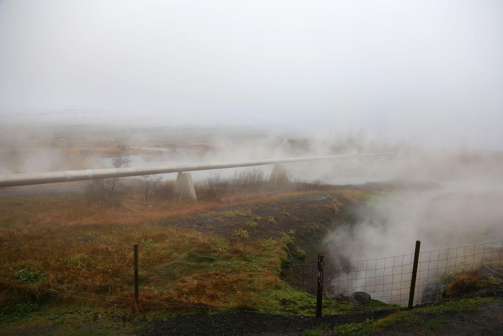 Deildartunguhver, les vapeurs de l'exploitation géothermale se confondent dans le brouillard hivernal ambiant - photo © Bernard Duyck 10.2016