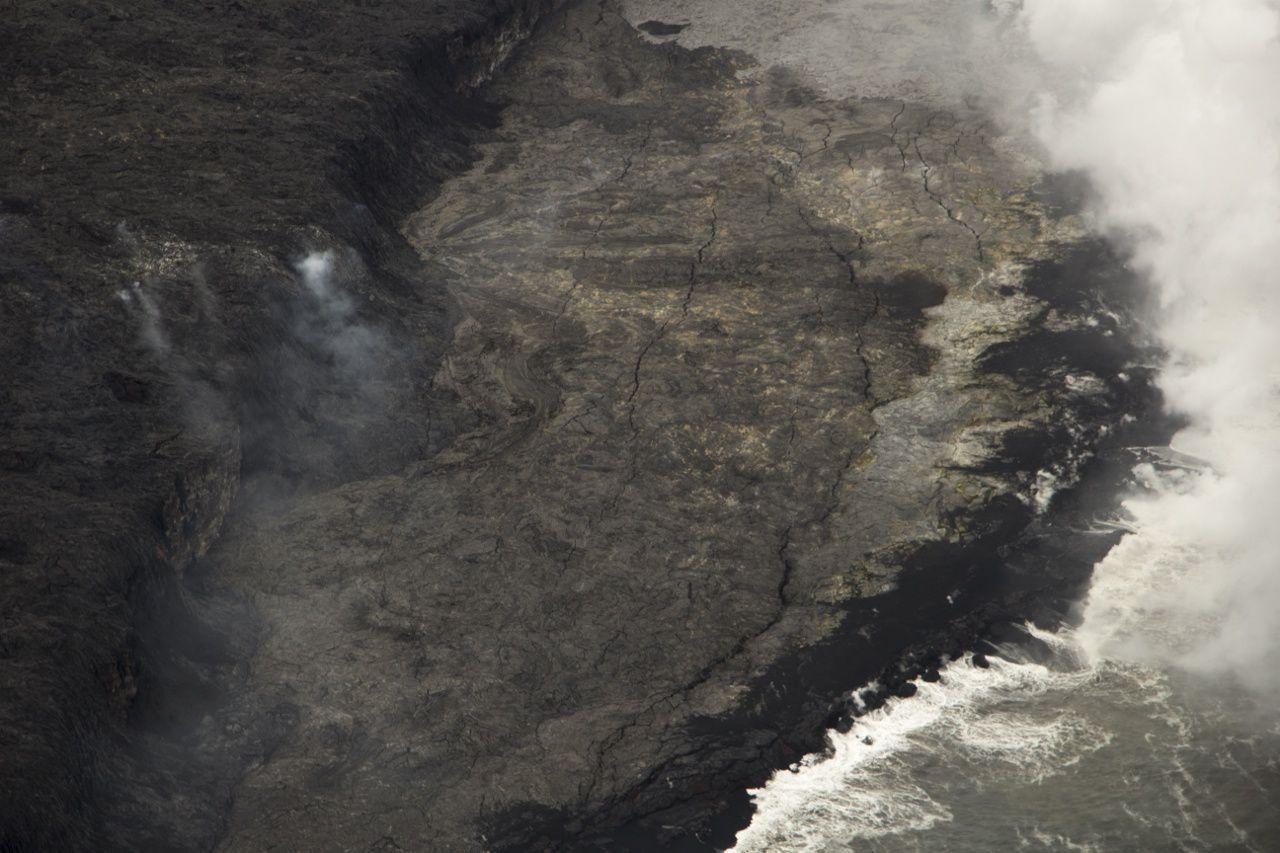 Kamukona - fissures parallèles au trait de côte sur le delta instable  - photo HVO 29.11.2016